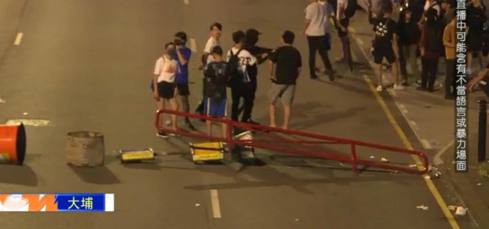 大埔有示威者堵路。NOW新聞截圖