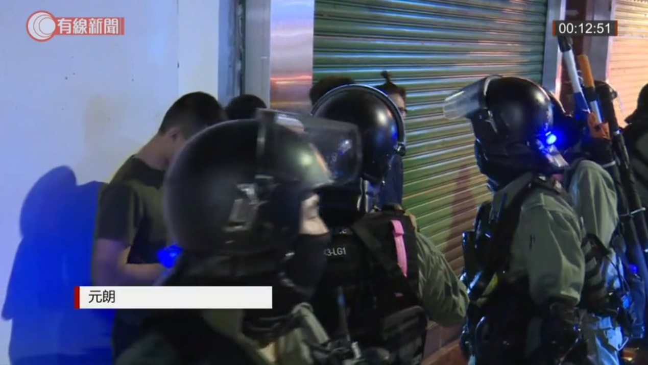 警方截查黑衣人士。有線新聞截圖