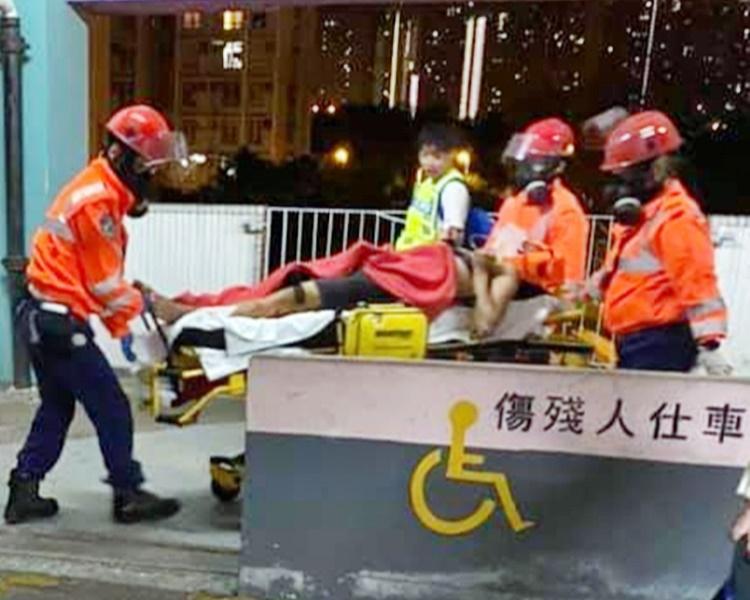 懷疑失足的科大生送院搶救。網圖