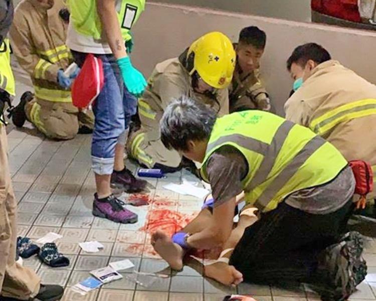 救護員替懷疑失足的科大生急救。fb「書生百用」圖片