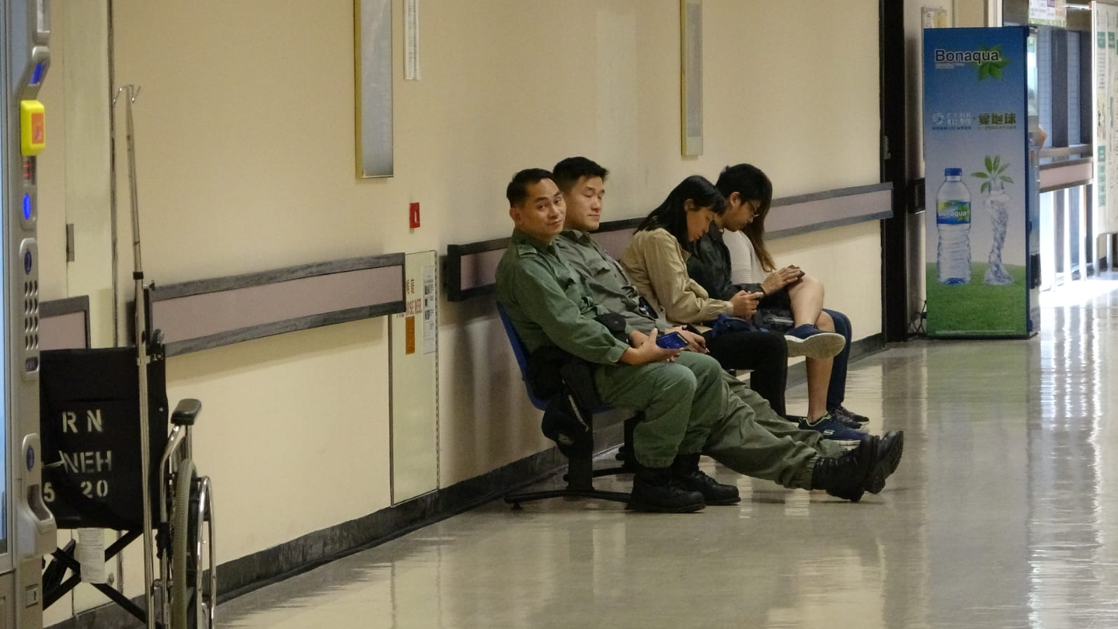 東區醫院ICU門外有2名警員把守。楊偉亨攝