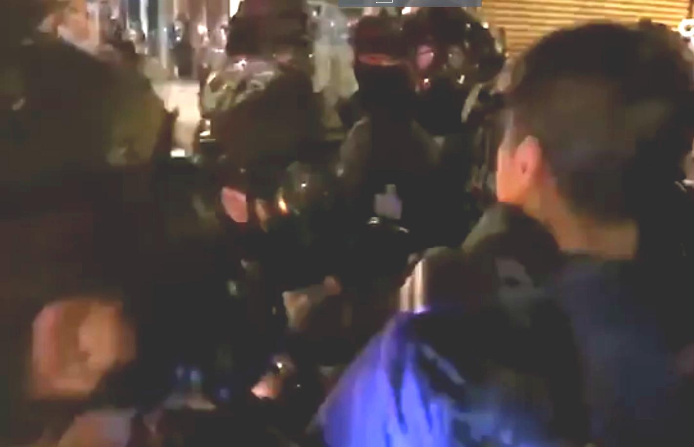 一名消防員向在場防暴警員投訴,雙方發生爭拗。台灣中視截圖