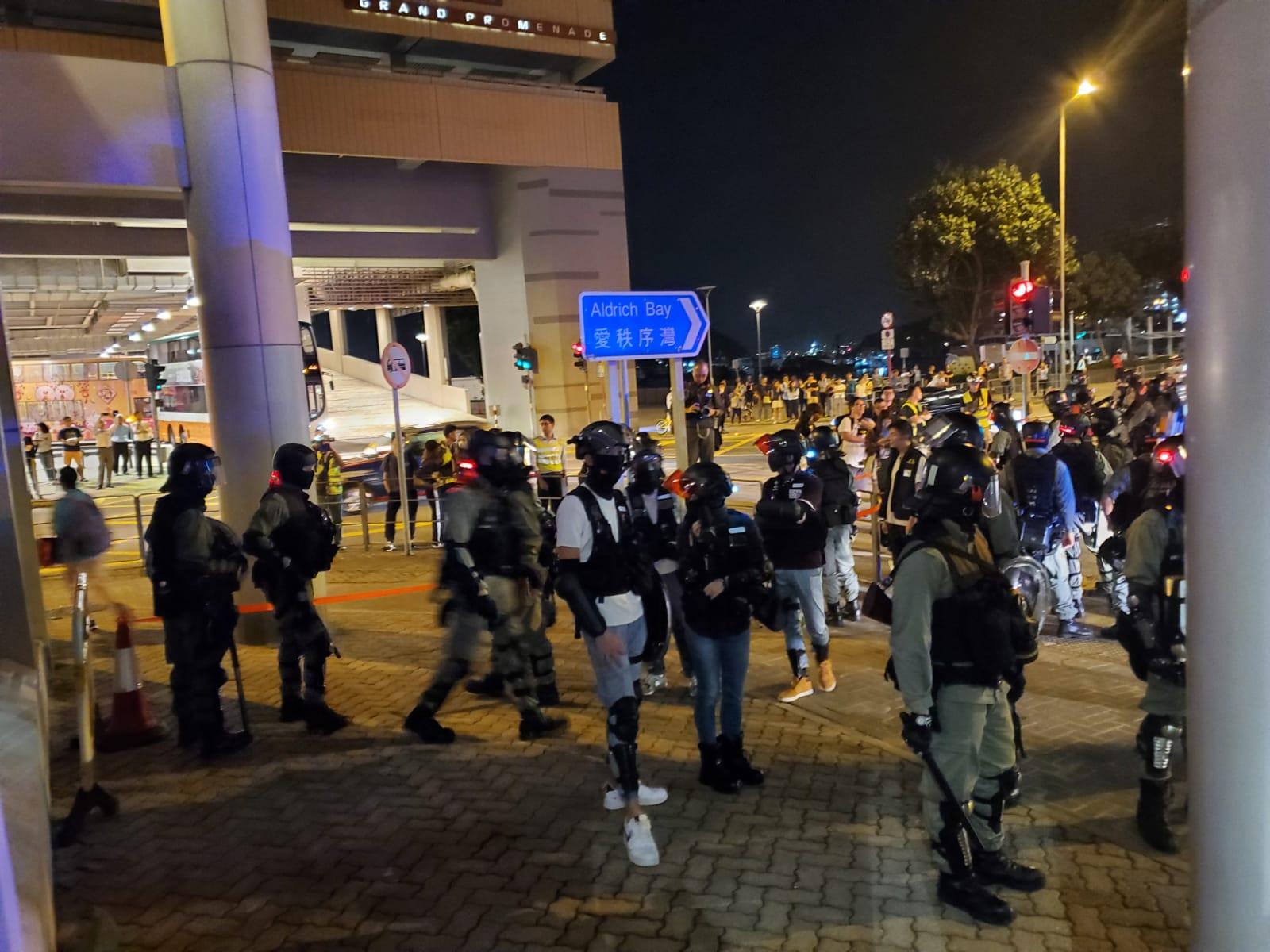 法院外逾百防暴警等候再拘捕。法庭記者攝