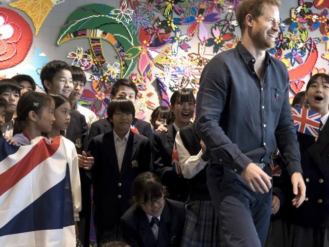 哈里吸引不少日本女學生現身支持,高呼這位王子「英俊非凡」。 AP