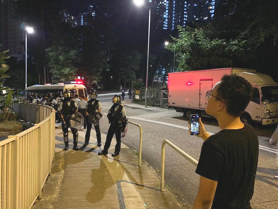 防暴警察在校園外戒備。恒生大學學生會編委會圖片
