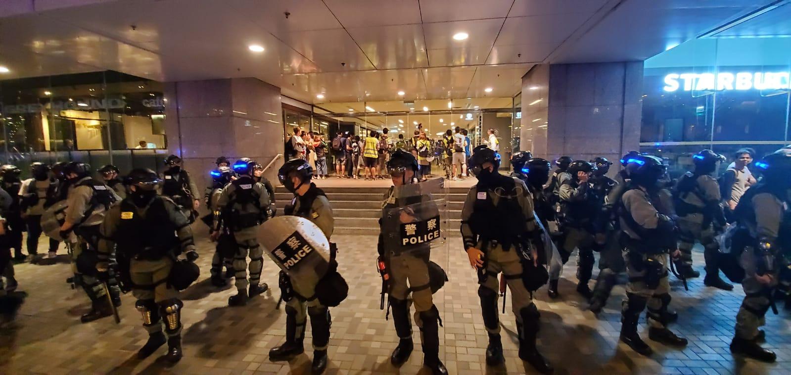 防暴警察晚上9時半過後進入太古城中心。