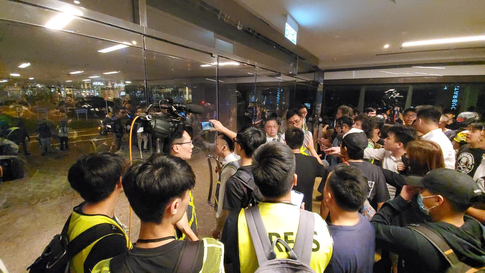 商場人群不滿警察進入太古城中心