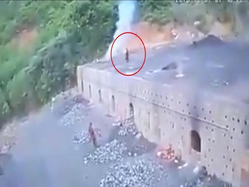 男子誤墜「1200度」煤炭爐內,瞬間被燒成白骨化為黑煙。(網圖)