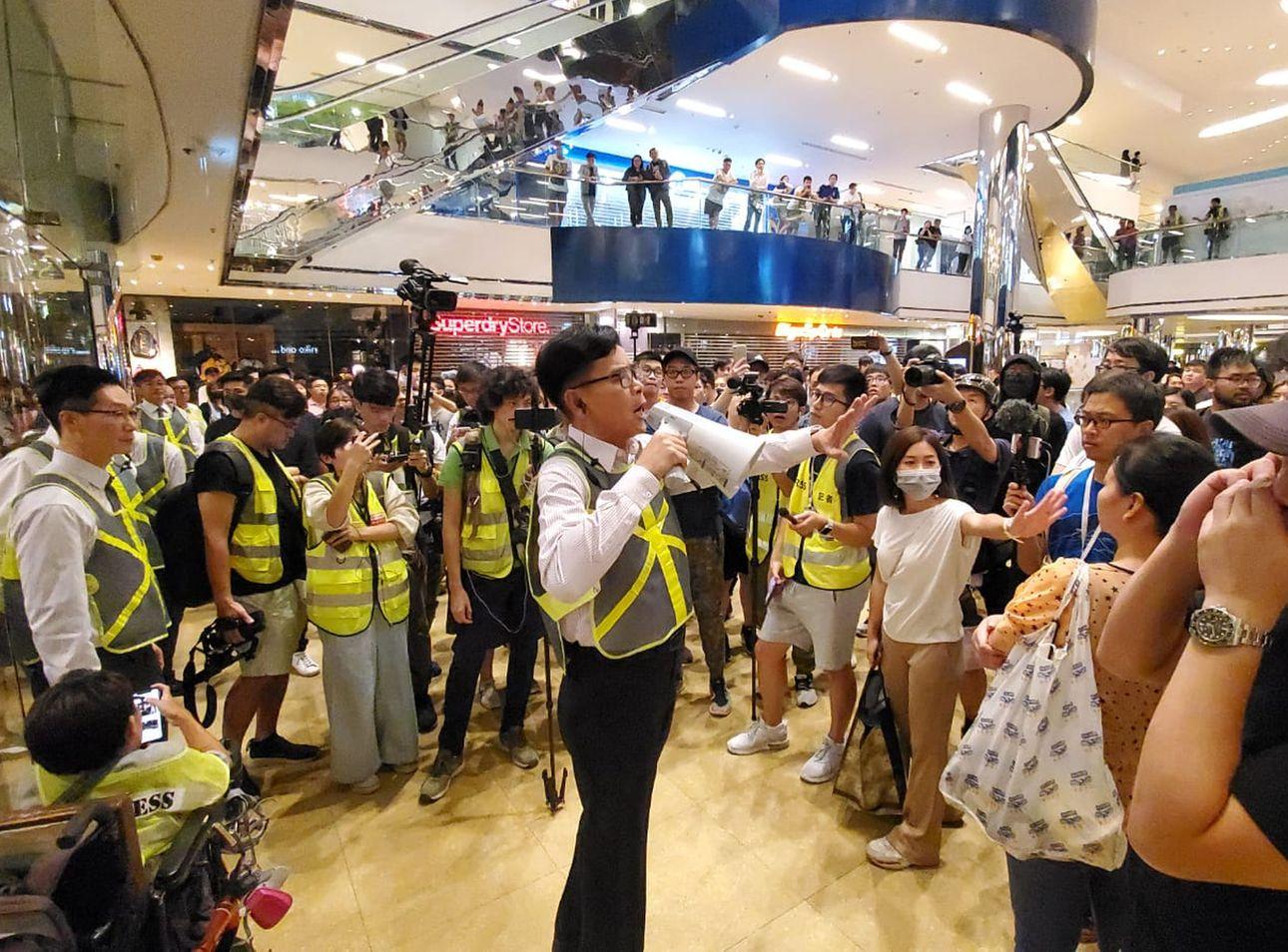 有人昨日在太古城中心聚集,不滿防暴警察進入商場搜捕在場人士。資料圖片
