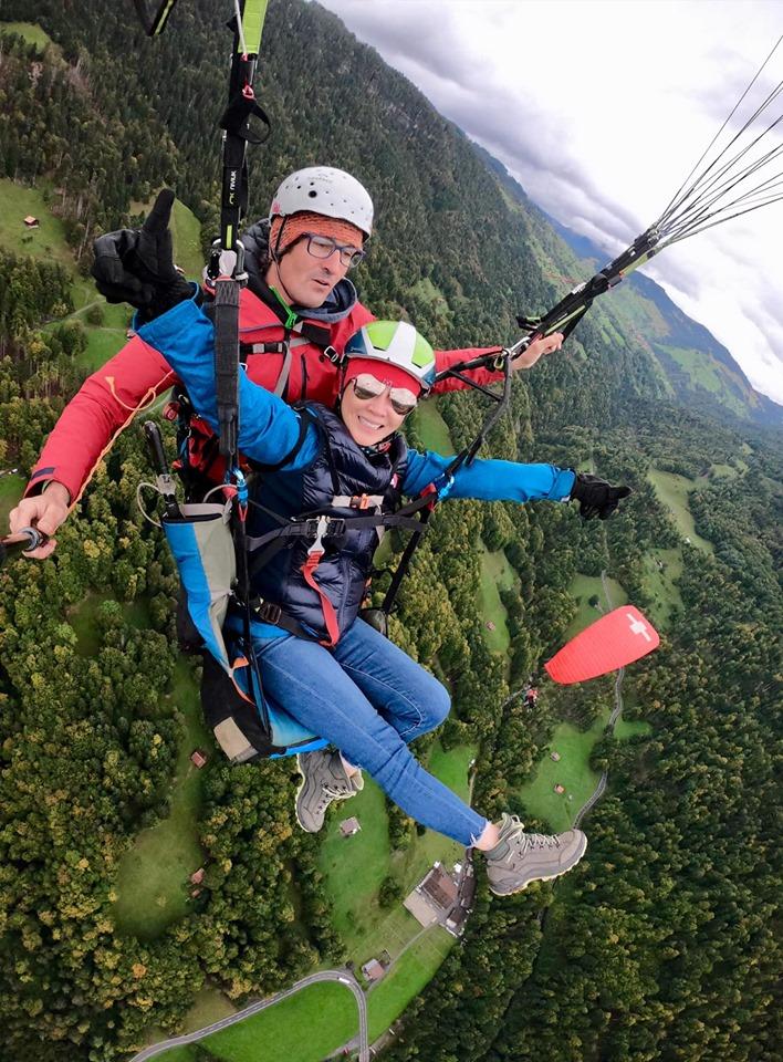 劉嘉玲早前在社交網上載到瑞士玩跳傘的照片。