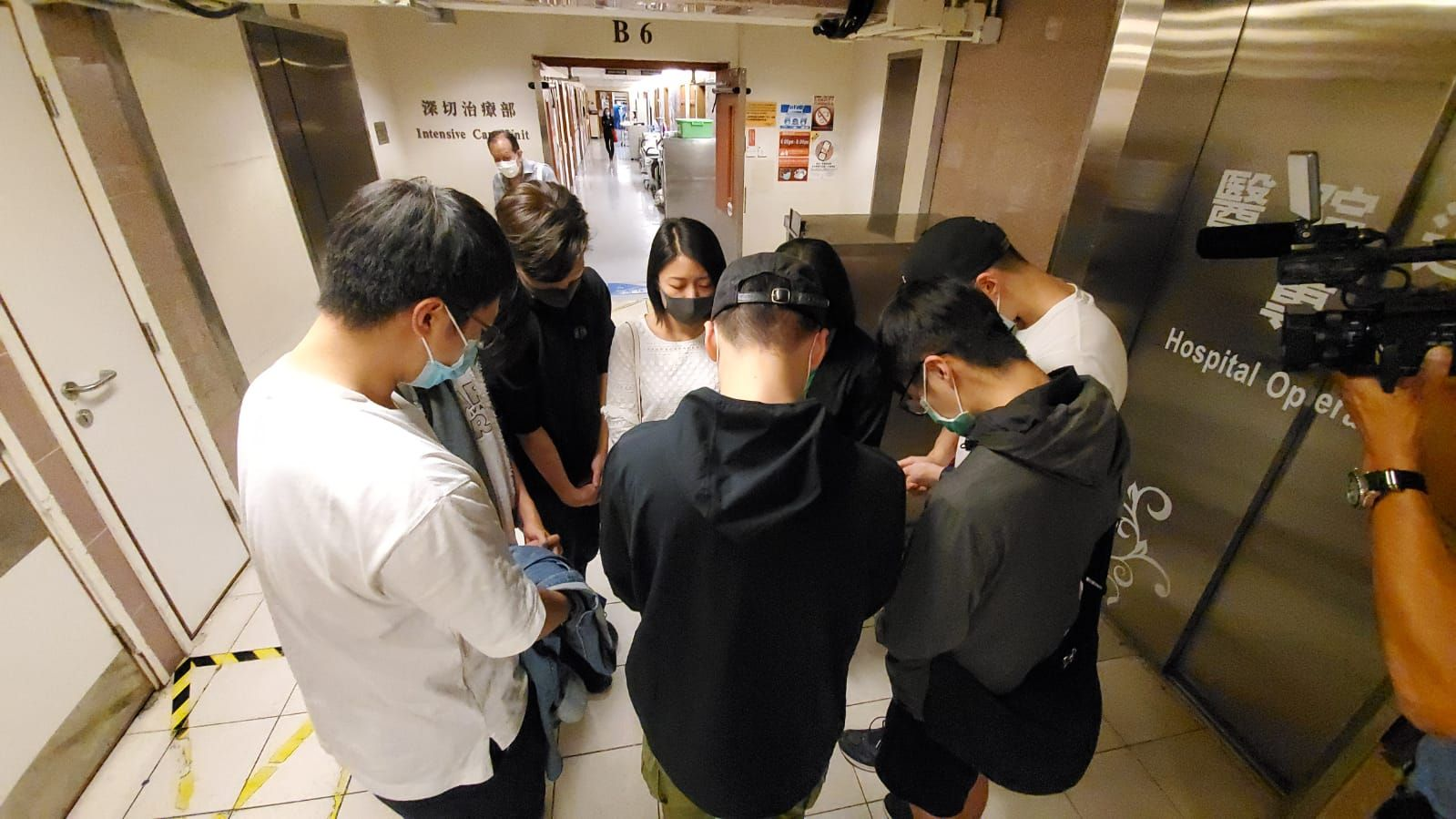有同學在場祈禱。