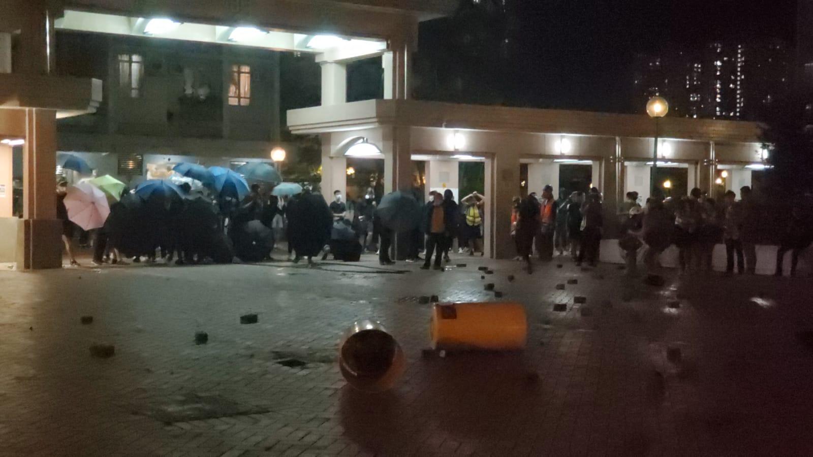 群眾尚德邨廣明苑聚集掟磚 防暴警施放催淚彈