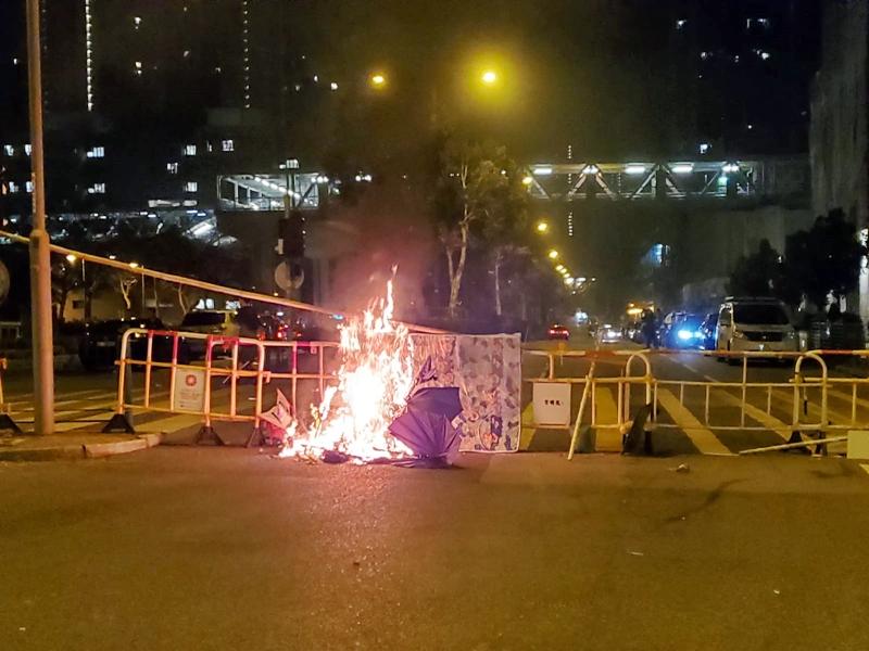 示威者以雜物堵路及縱火。