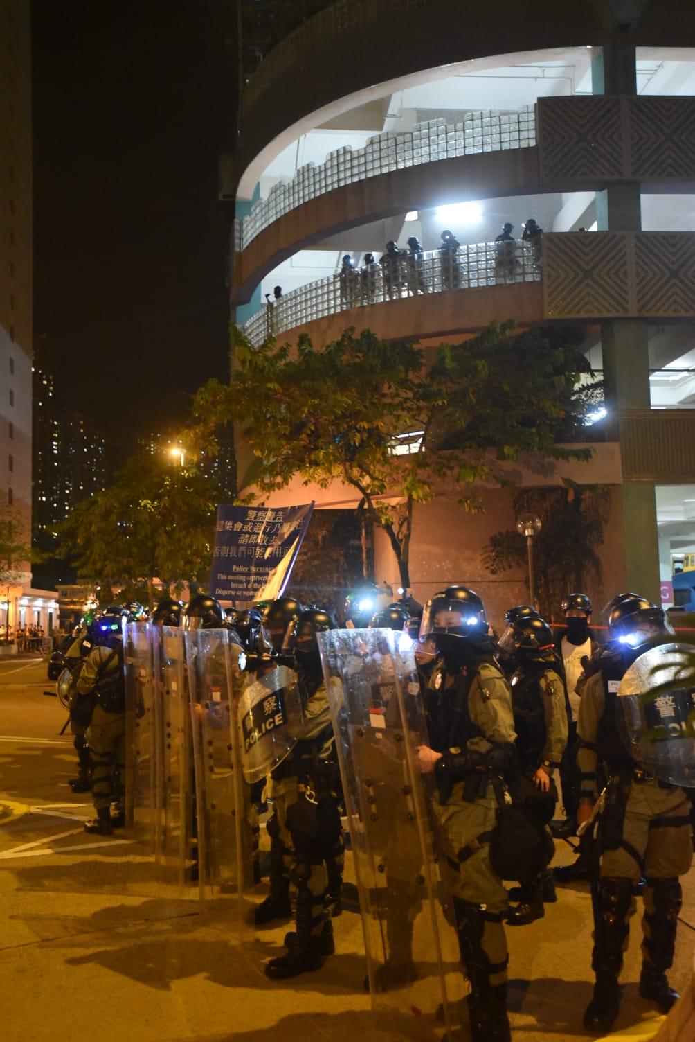 防暴警舉旗及透過揚聲器要求在場人士散去。
