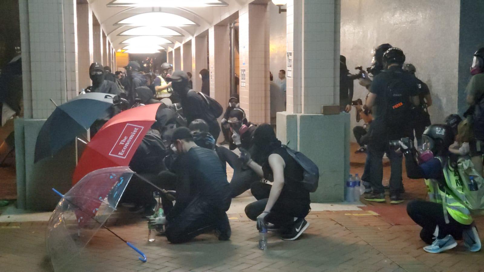 示威者列成「傘陣」。
