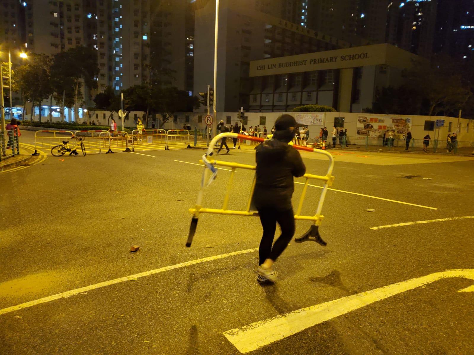 示威者以雜物堵路。