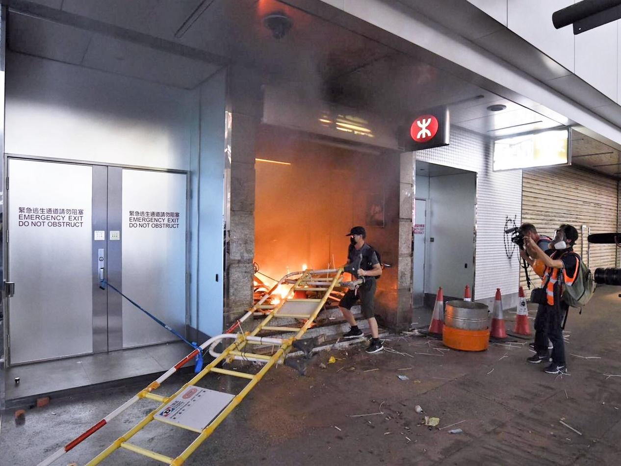 港鐵遭縱火破壞。資料圖片