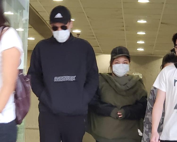 劉文全(左)及林芷瑩(右)步離法院。黃雅純 攝
