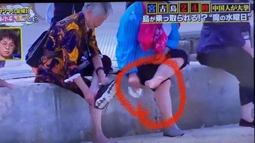 遊客擦完腳就把紙巾扔到沙灘上。節目截圖