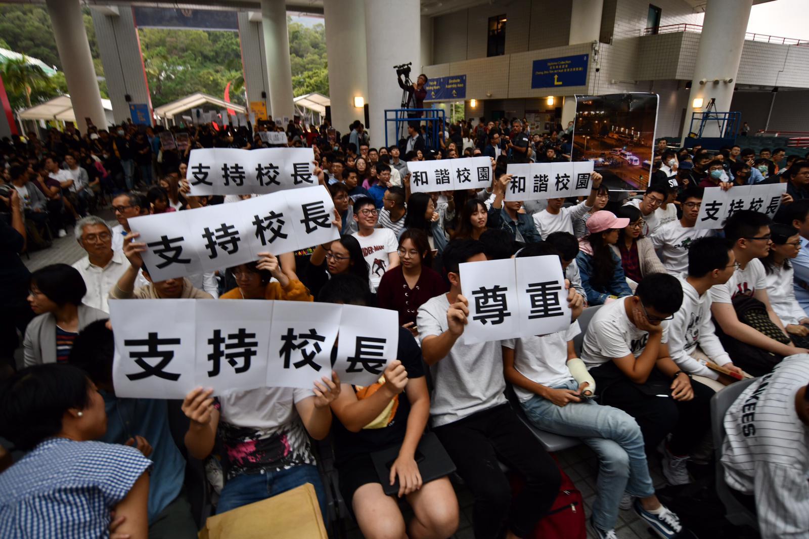 到近五點,大堂近千座位已坐滿八成,另有近百人未獲入場而在場外旁聽。
