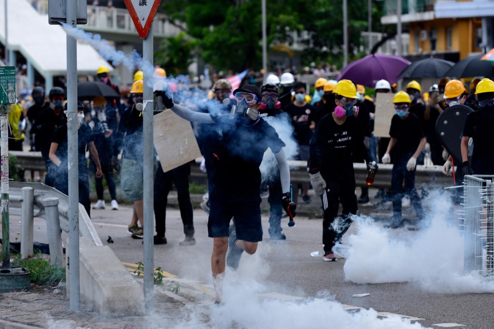 警方多次釋放催淚彈驅散示威者。資料圖片