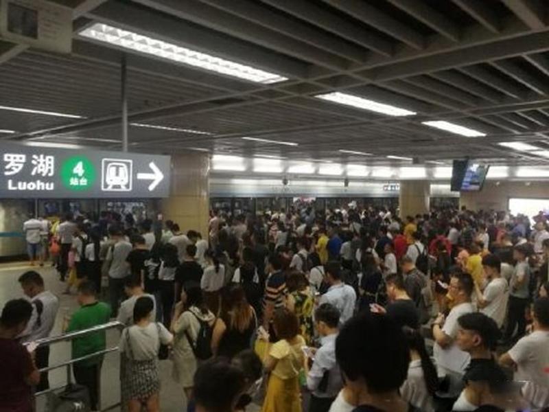深圳地鐵周三被網傳列車相撞,官方澄清指因枴杖跌落路軌引發故障。(網圖)