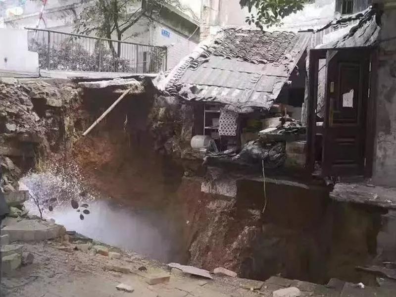 貴州貴陽市寶山南路一處舊民房發生地陷。(網圖)