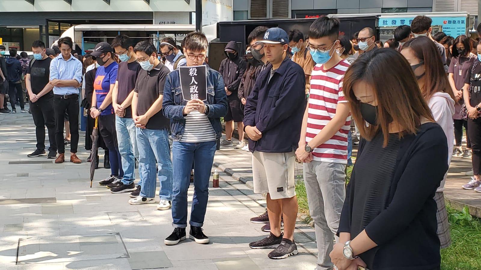 觀塘駿業街大批市民在場默哀。