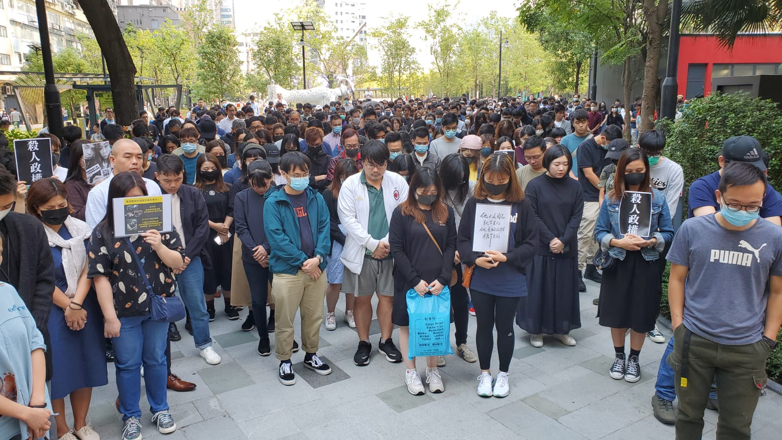 觀塘駿業街逾百人在場默哀,悼念墮樓科大生。