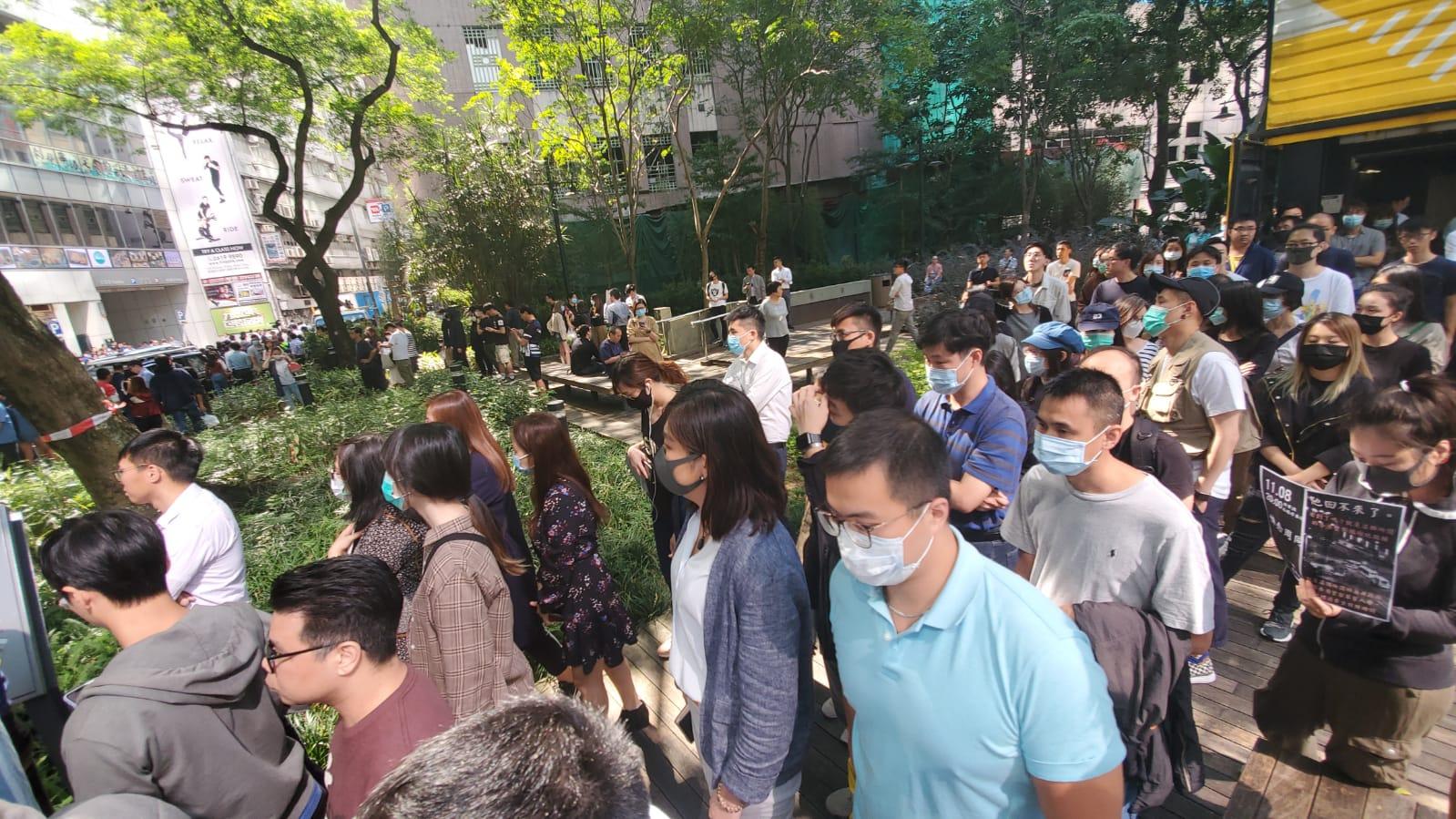 大批市民在觀塘駿業街默哀,悼念墮樓科大生。