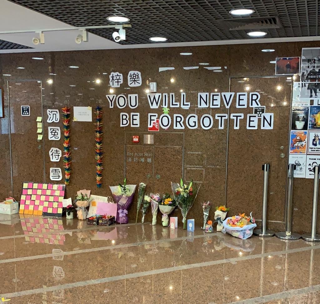 在伊利沙伯醫院連儂牆,有人擺放鮮花悼念。