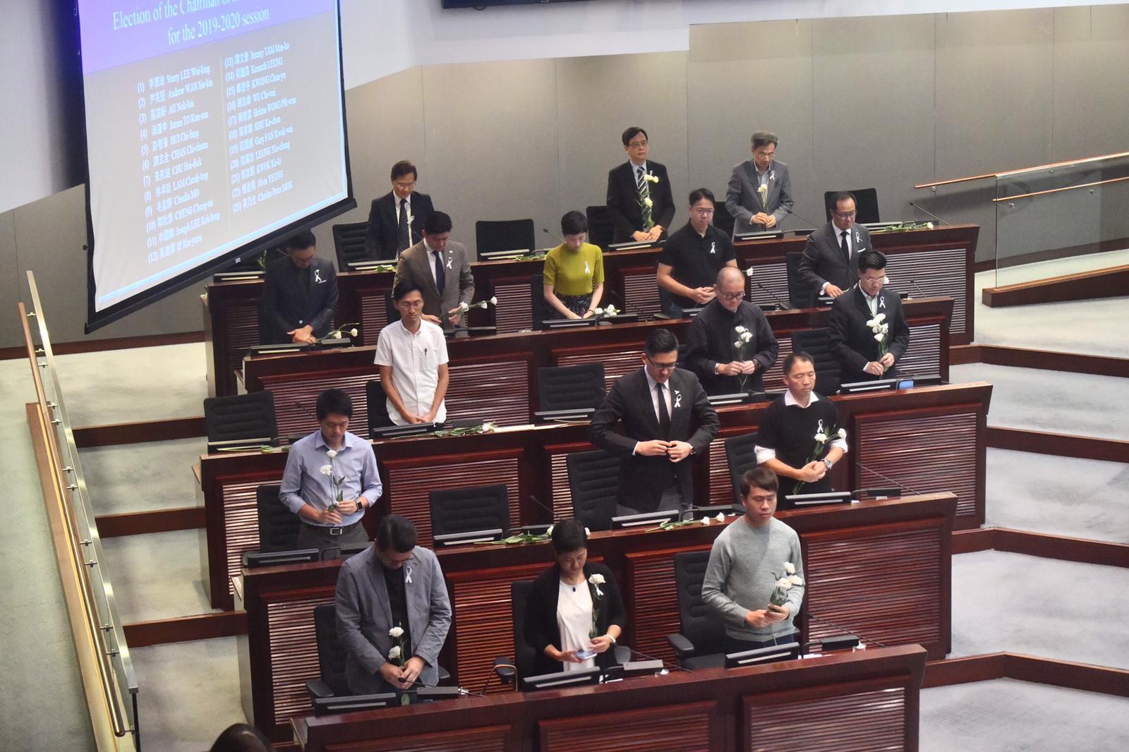 立法會議員默哀悼念周梓樂。
