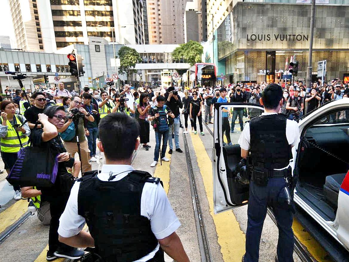 中環人群聚集,警員呼籲在場人士離開。