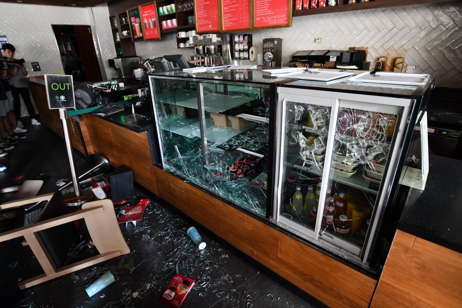 校內美心旗下食肆被破壞。