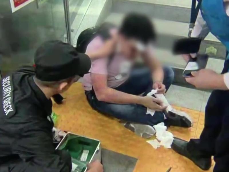 近日,深圳地鐵站內,一男子邊玩手機邊走路,在下樓梯時不慎一腳踩空,從樓梯上滾下滿臉是血。(網圖)