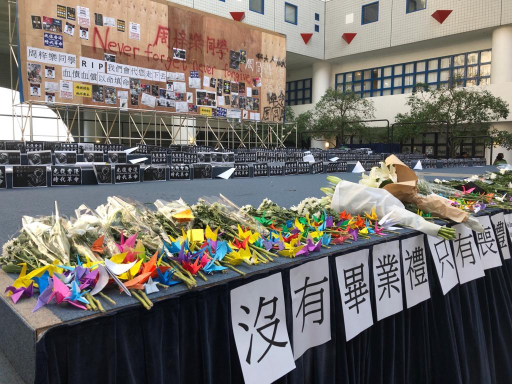學生摺紙鶴與百合花,置於台上,又於牆上貼上寫有心意的便條紙。