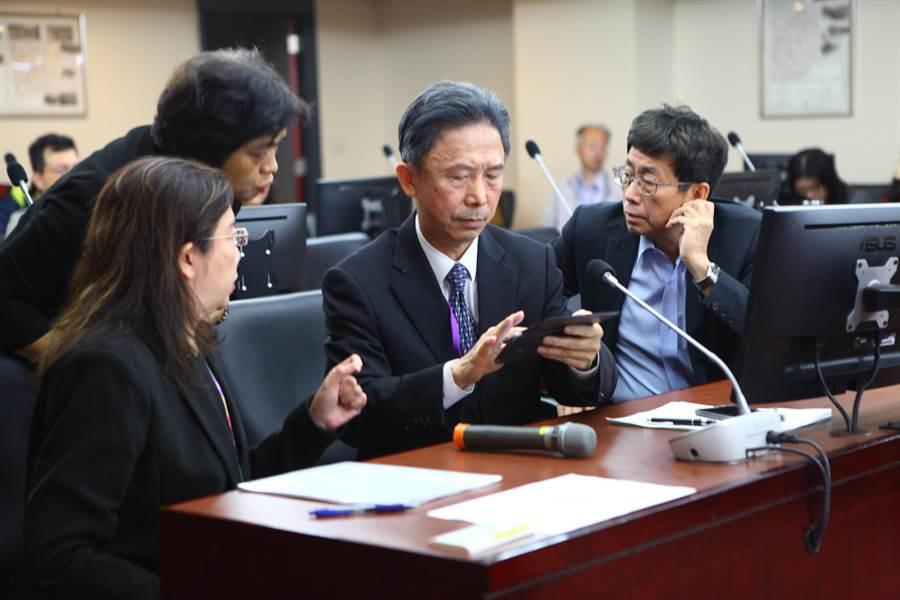 台北市政府秘書長薛春明(右)8日與市市政府發言人周台竹(右二)赴議會民政委員會專案報告。網圖