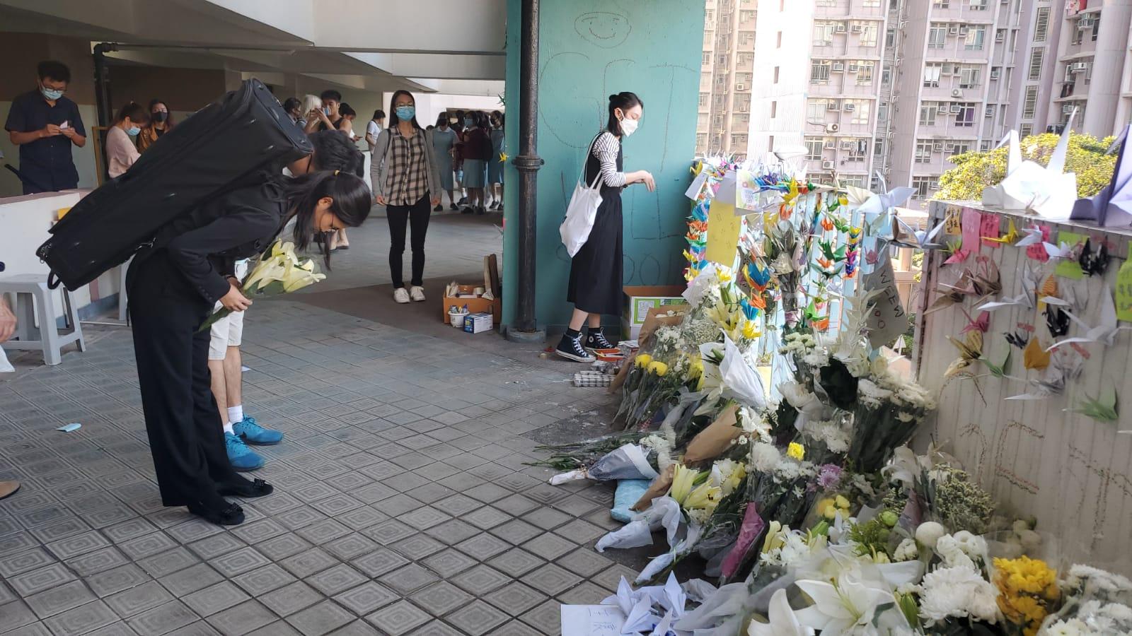有市民到周梓樂當日墮樓位置獻花悼念。