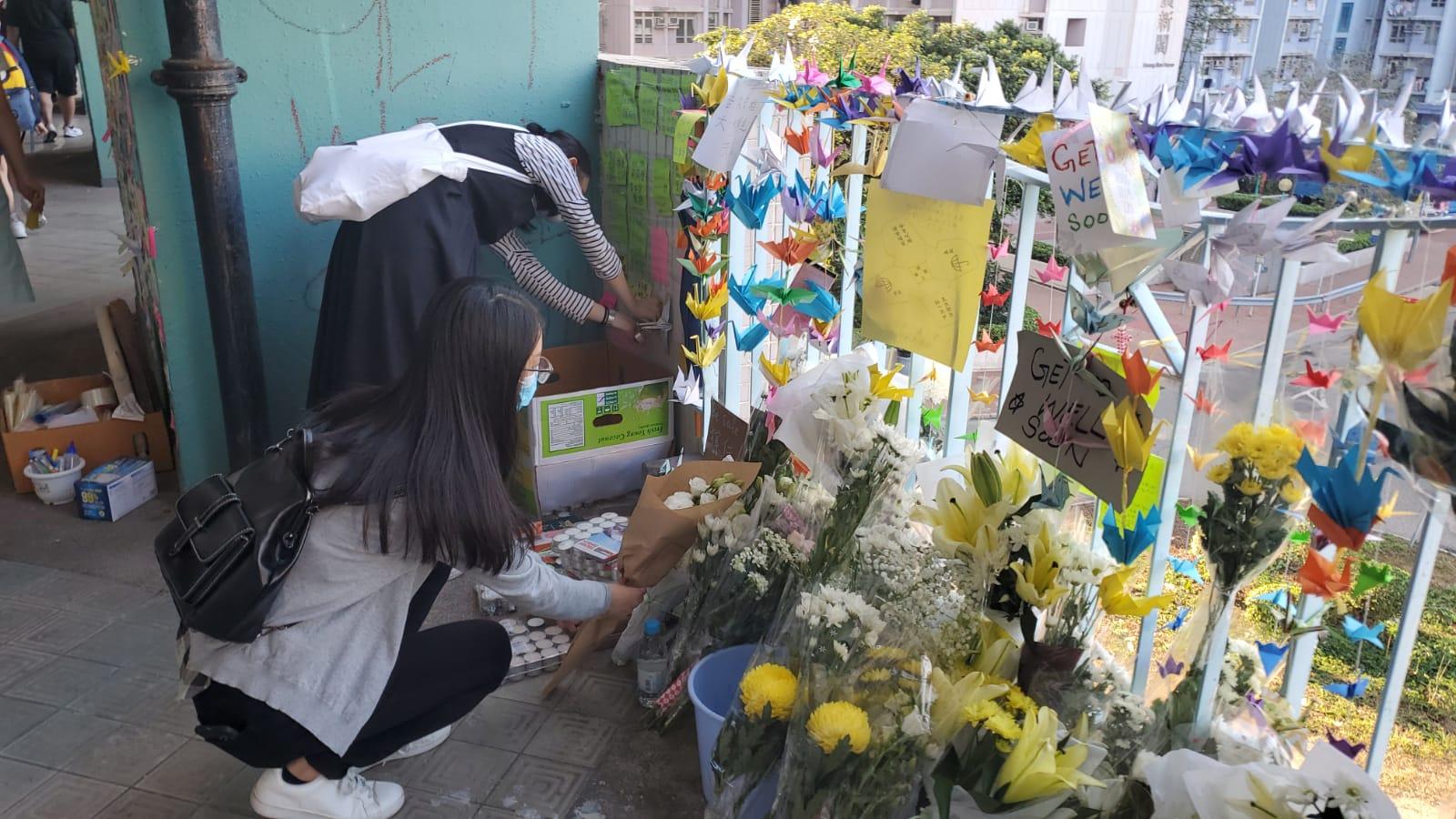 不少人帶同鮮花前來拜祭。