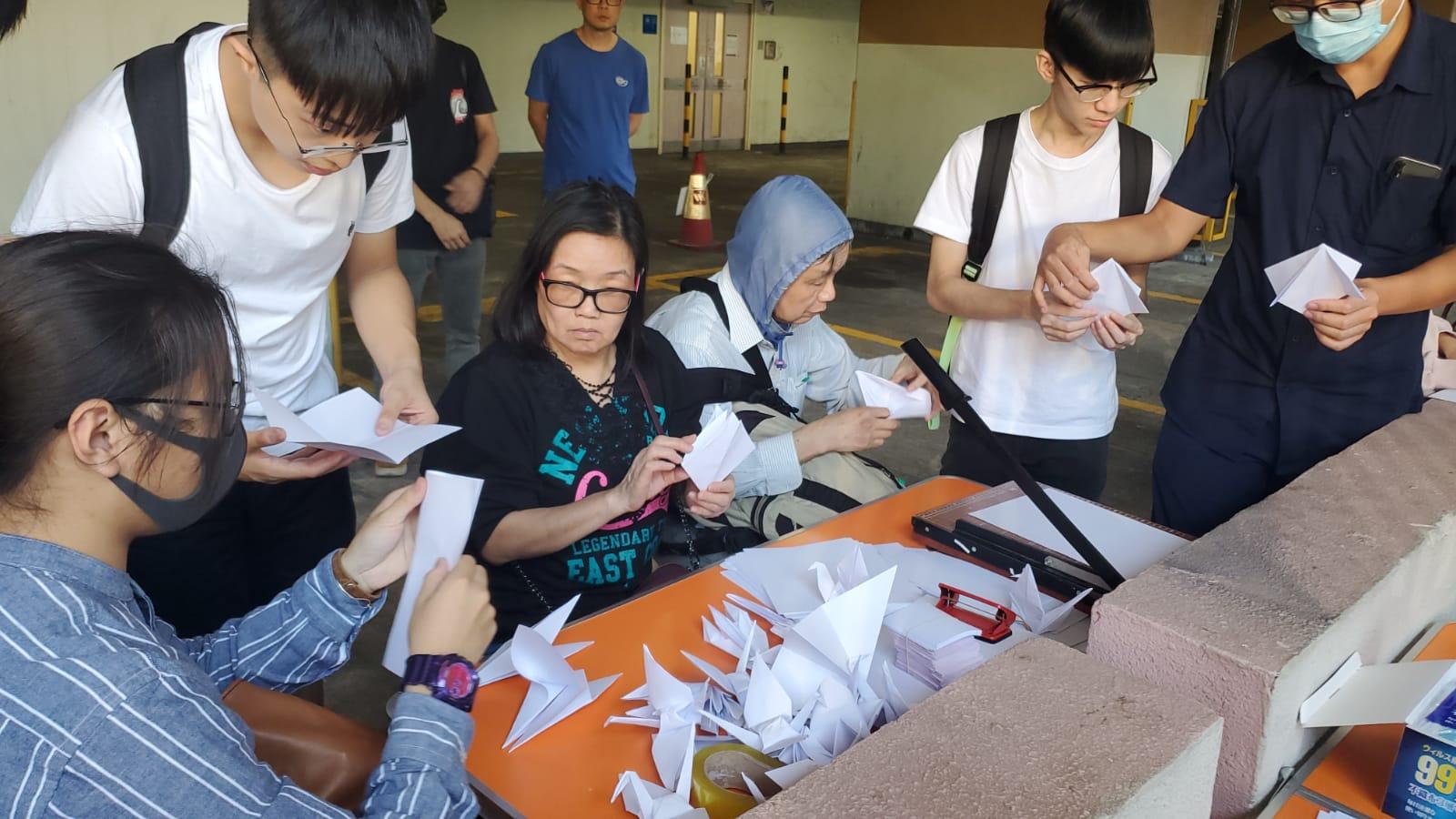 有市民在場接紙鶴。