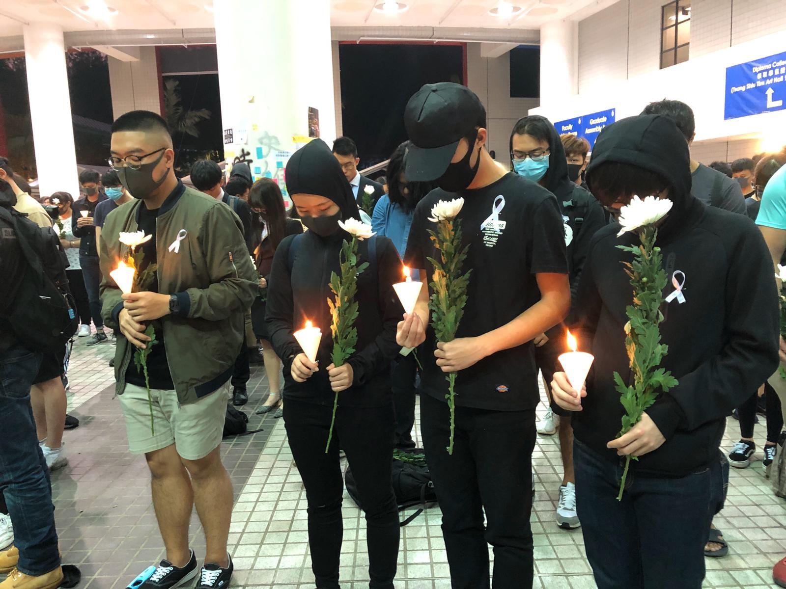學生會發起悼念周梓樂的燭光晚會。