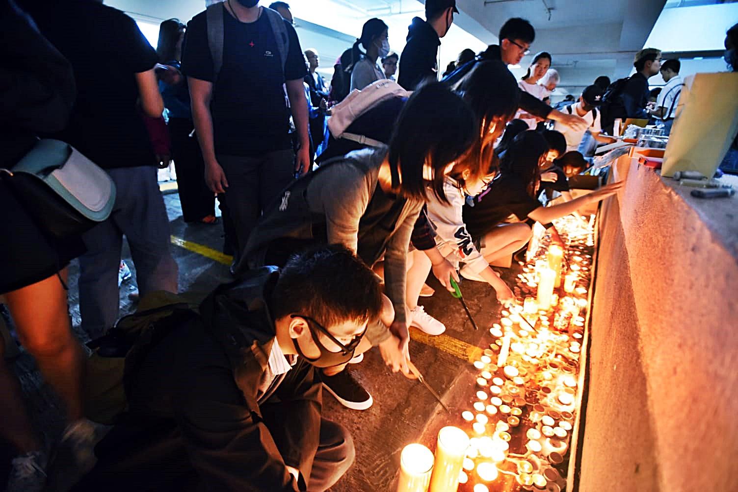 愈夜愈多人到場悼念。