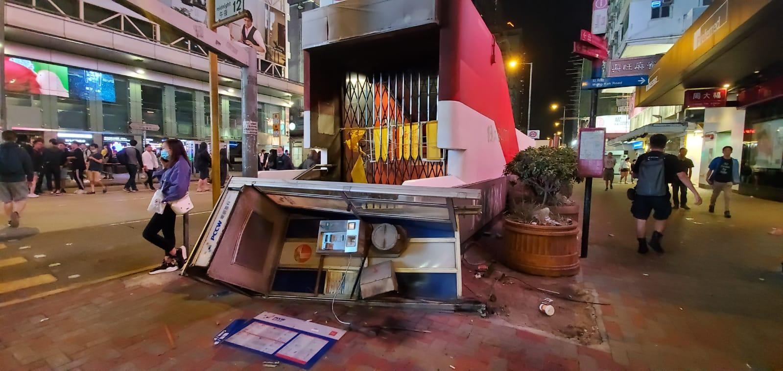 有電話亭亦被人拆毀