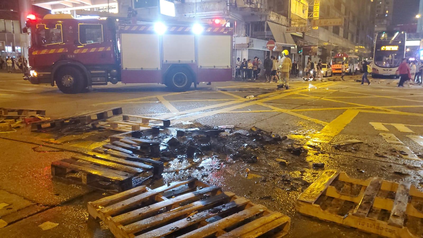 【修例風波】群眾旺角堵路毀港鐵站拆電話亭 警舉藍、黑旗