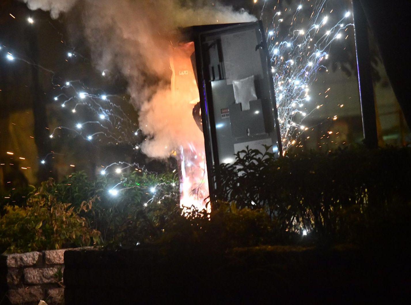 將軍澳電箱起火一度傳爆炸聲 警放催淚彈驅散