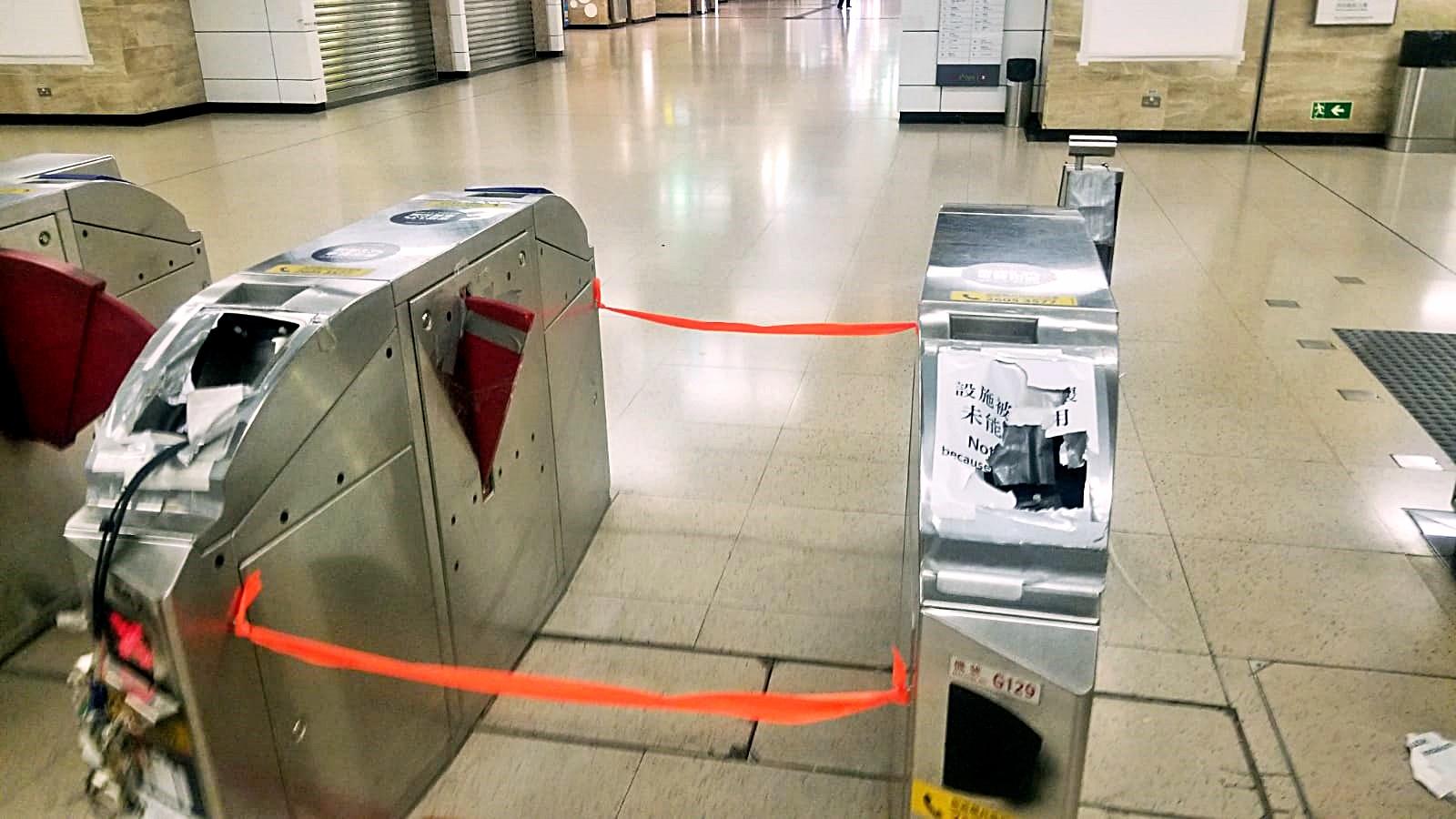 有示威者破壞沙田站出入閘機。港鐵提供