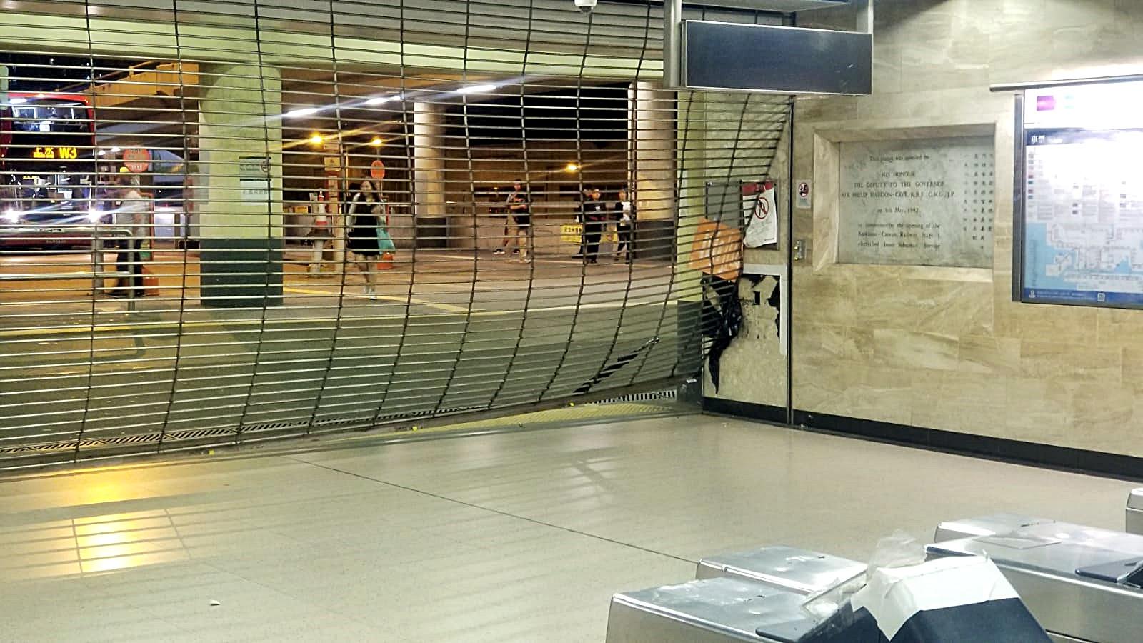 港鐵沙田站B出入口捲閘被示威者翹開。港鐵提供