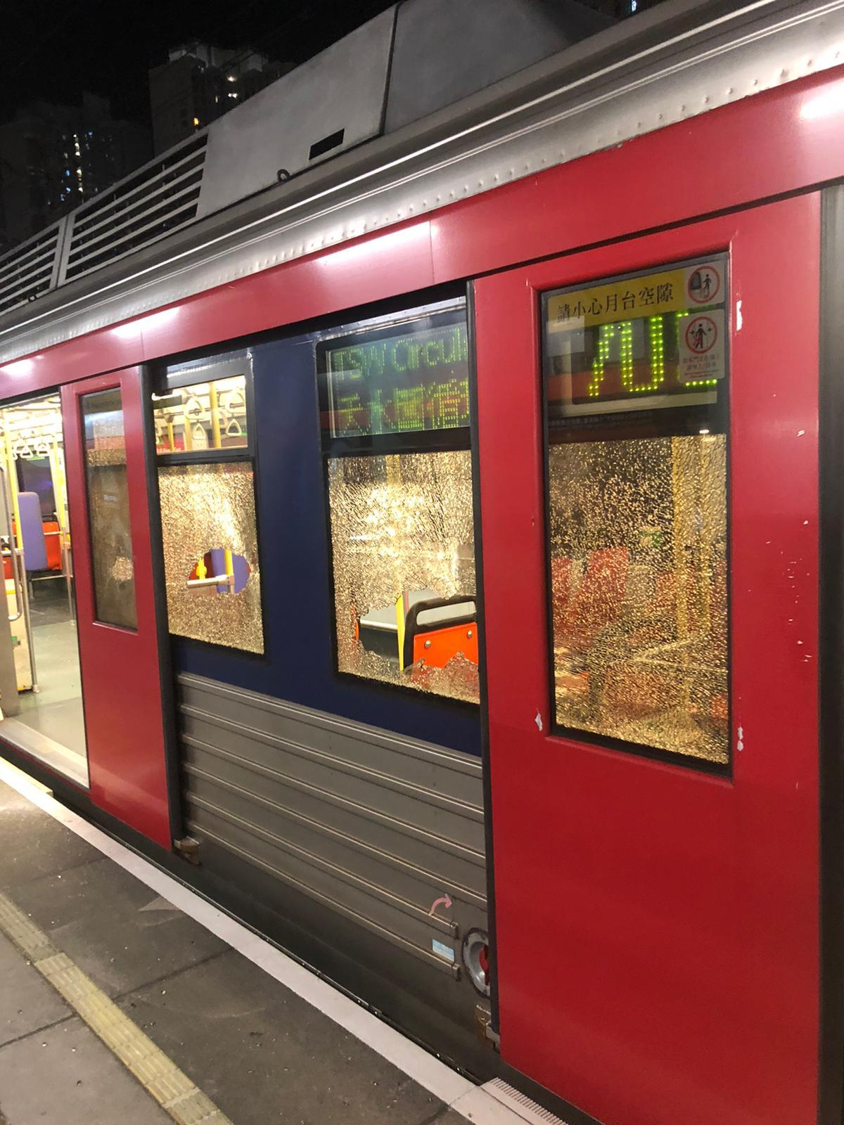 一列沒有載客的705綫輕鐵車輛於天恆站被示威者破壞。港鐵提供