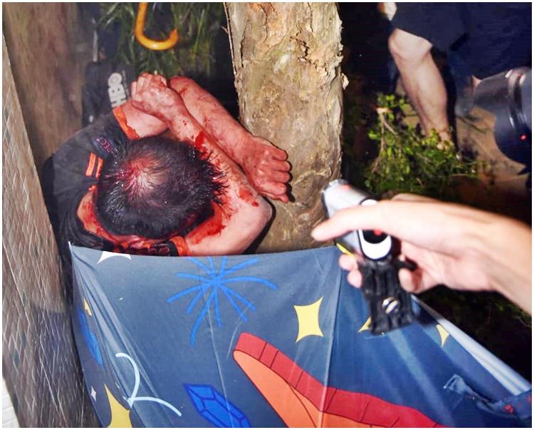 遇襲的男子被打至血流披面、雙手染血。
