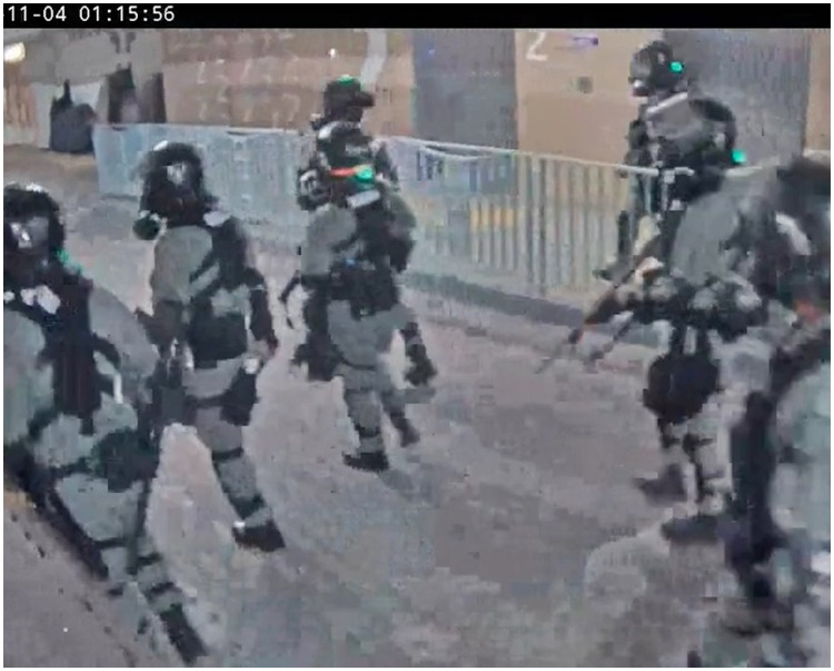 領展今日發放的片段見到,一批防暴警於當日凌晨1時15分行經停車場2樓。